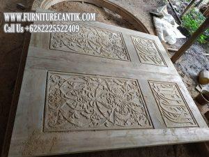 Pintu Utama Masjid Kayu Jati Perhutani